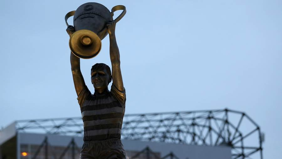 Statue von Billy McNeill vor dem Celtic Park in Glasgow.