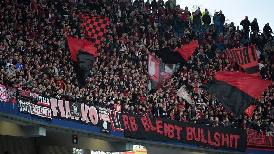 Im Gästeblock hängt ein Banner mit der Aufschrift: RB bleibt Bullshit beim Spiel RasenBallsport Leipzig (RB) vs 1. FC Nürnberg / Nuernberg (FCN), Fussball, 1.Liga, 07.10.2018