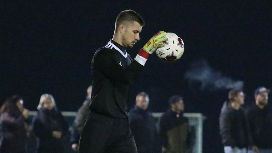 TSG-Keeper Pavel Petkov hat den Ball sicher.