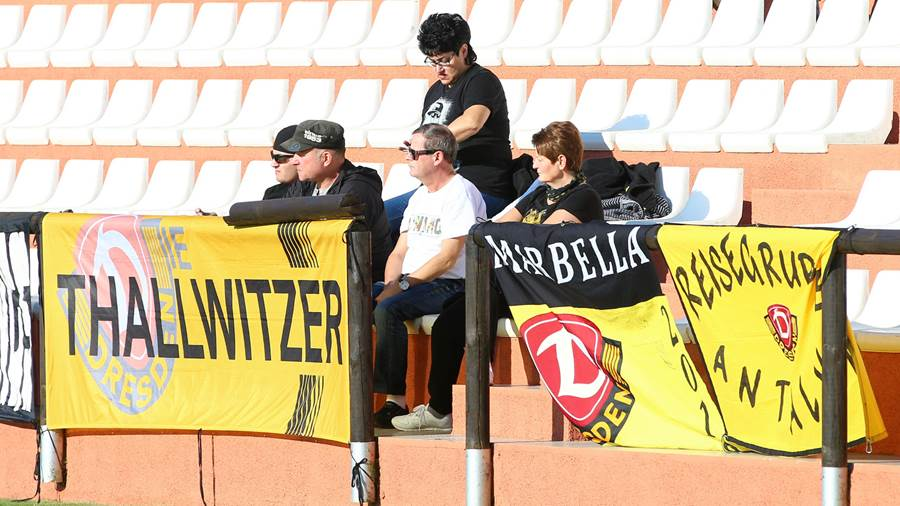 Die Fans verfolgen das Training im Marbella Football Center.