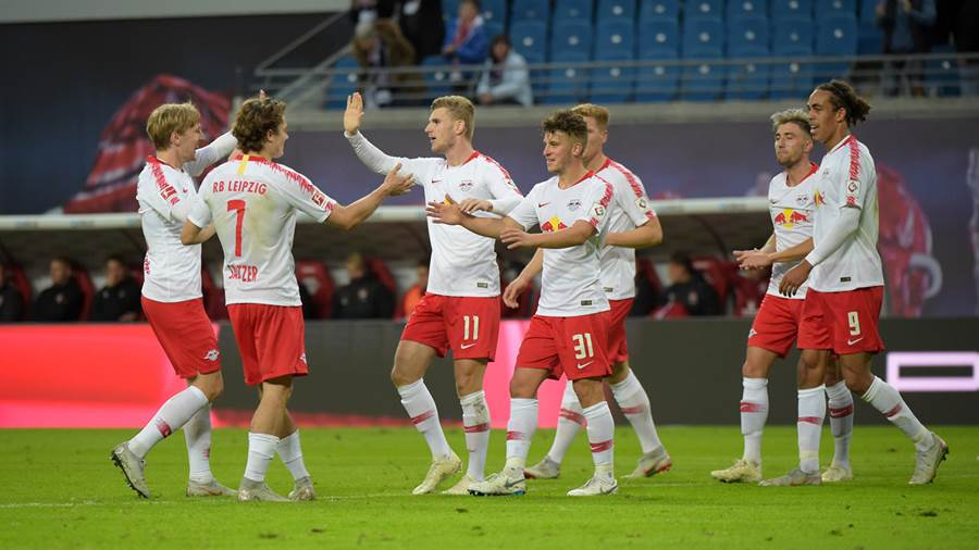 Jubel bei RB nach dem 4:0 Tor - Emil Forsberg (RB 10), Marcel Sabitzer (RB 7), Torschuetze Timo Werner (RB 11), Diego Demme (RB 31), Kevin Kampl (RB 44), Yussuf Poulsen (RB 9) (l-r) - beim Spiel RasenBallsport Leipzig (RB) vs 1. FC Nürnberg / Nuernberg (FCN), Fussball, 1.Liga, 07.10.2018