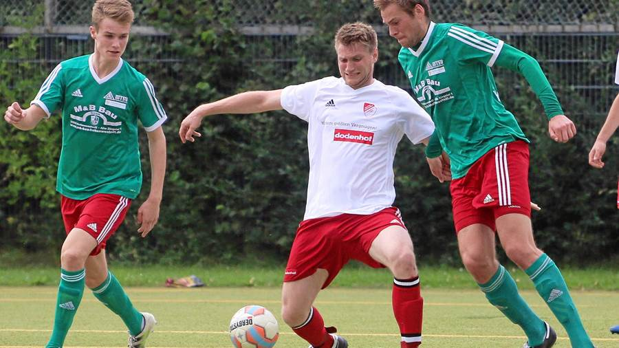 Verbandsliga West: Thies Kochanski (links,  MTSV Hohenwestedt) erzielte in 17 Partien 28 Tore.