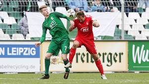 Leipzig, 31.10.2017, Alfred-Kunze-Sportpark, Fussball, sächsischer Landespokal, Achtelfinale, BSG Chemie Leipzig vs. FSV Zwickau 4:2 (2:2) , Im Bild von links: Alexander Bury (7, Chemie) und Toni Wachsmuth (14, Zwickau). , *** Leipzig 31 10 2017 Alfred Kunze Sports Park Football Saxon State Cup Round of 16 BSG Chemie Leipzig vs FSV Zwickau 4 2 2 2 In the picture from the left Alexander Bury 7 Chemie and Toni Wachsmuth 14 Zwickau