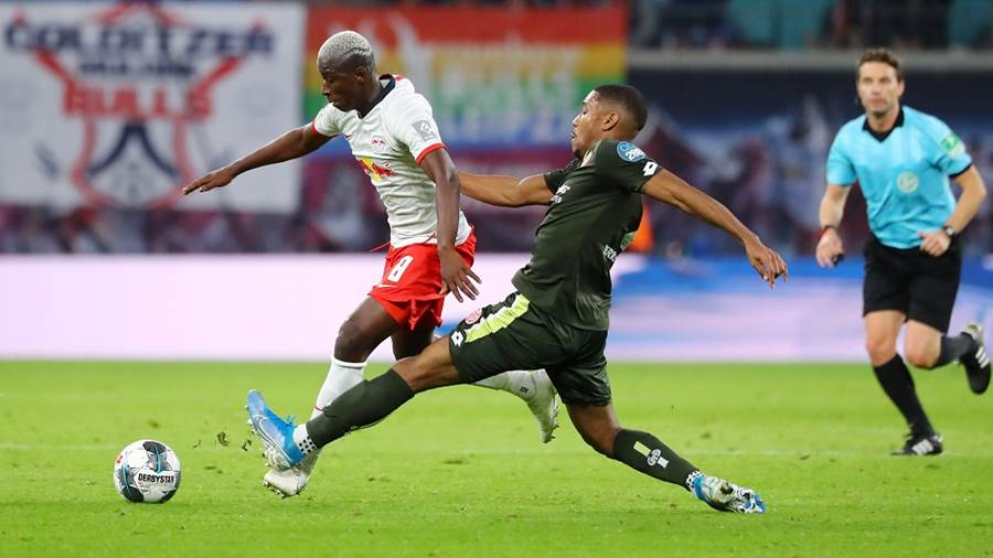 LEIPZIG,GERMANY,02.NOV.19 - SOCCER - 1. DFL, 1. Deutsche Bundesliga, RasenBallsport Leipzig vs 1. FSV Mainz 05. Image shows Amadou Haidara (RB Leipzig) and Ronael Pierre-Gabriel (Mainz). Photo: GEPA pictures/ Roger Petzsche - DFL regulations prohibit any use of photographs as image sequences and/or quasi-video. - For editorial use only. Image is free of charge.