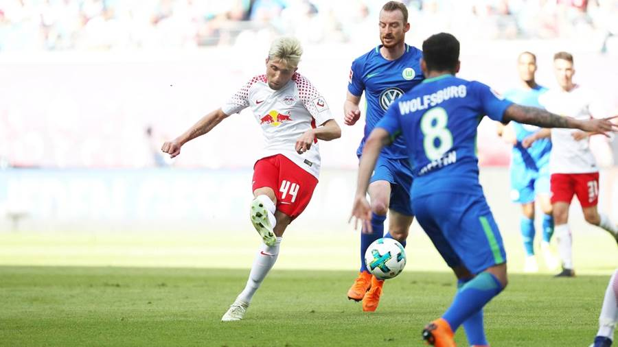 LEIPZIG,GERMANY,05.MAY.18 - SOCCER - 1. DFL, 1. Deutsche Bundesliga, RasenBallsport Leipzig vs VfL Wolfsburg. Image shows Kevin Kampl (RB Leipzig), Maximilian Arnold and Renato Steffen (Wolfsburg). Photo: GEPA pictures/ Sven Sonntag - For editorial use only. Image is free of charge.