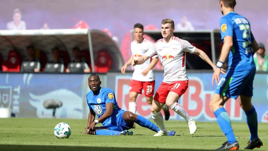 LEIPZIG,GERMANY,05.MAY.18 - SOCCER - 1. DFL, 1. Deutsche Bundesliga, RasenBallsport Leipzig vs VfL Wolfsburg. Image shows Josuha Guilavogui (Wolfsburg) and Timo Werner (RB Leipzig). Photo: GEPA pictures/ Sven Sonntag - For editorial use only. Image is free of charge.