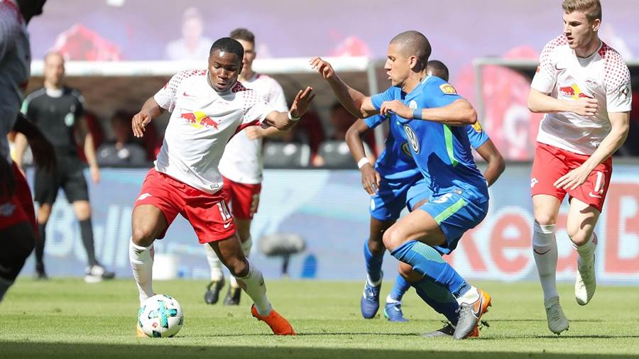 LEIPZIG,GERMANY,05.MAY.18 - SOCCER - 1. DFL, 1. Deutsche Bundesliga, RasenBallsport Leipzig vs VfL Wolfsburg. Image shows Ademola Lookman (RB Leipzig) and Jeffrey Bruma (Wolfsburg). Photo: GEPA pictures/ Sven Sonntag - For editorial use only. Image is free of charge.