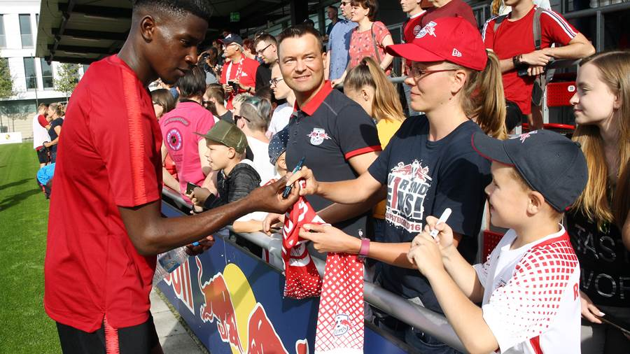 LEIPZIG,GERMANY,09.JUL.18 - SOCCER - 1. DFL, 1. Deutsche Bundesliga, RB Leipzig, training start. Image shows Nordi Mukiele and fans (RB Leipzig). Photo: GEPA pictures/ Kerstin D litzsch - For editorial use only. Image is free of charge.