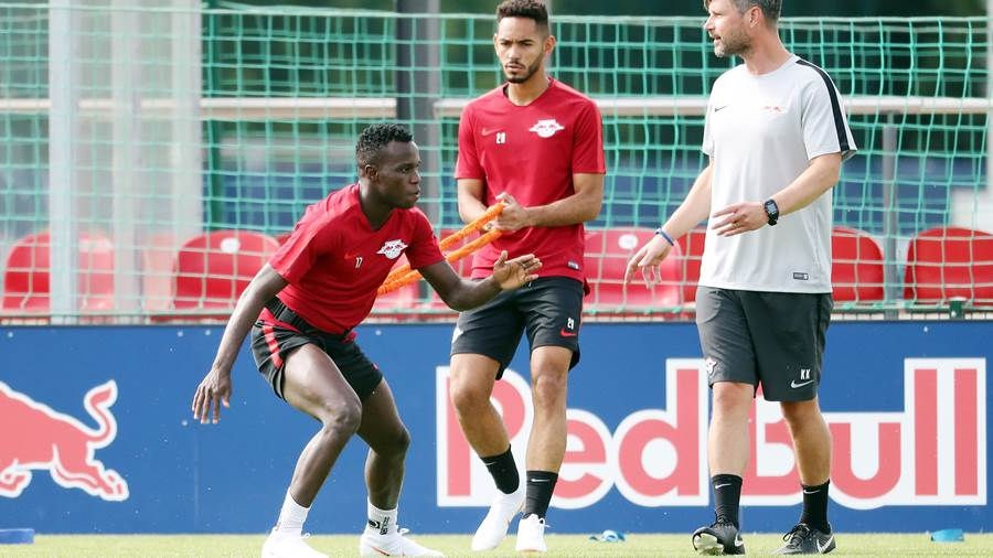 LEIPZIG,GERMANY,09.JUL.18 - SOCCER - 1. DFL, 1. Deutsche Bundesliga, RB Leipzig, training start. Image shows Bruma, Matheus Cunha and assistant coach Kai Kraft (RB Leipzig). Photo: GEPA pictures/ Kerstin Doelitzsch - For editorial use only. Image is free of charge.