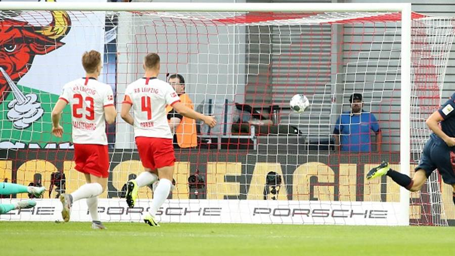 LEIPZIG,GERMANY,14.SEP.19 - SOCCER - 1. DFL, 1. Deutsche Bundesliga, RasenBallsport Leipzig vs FC Bayern Muenchen. Image shows Peter Gulacsi, Marcel Halstenberg, Willi Orban (RB Leipzig) and the rejoicing of Robert Lewandowski (Bayern). Photo: GEPA pictures/ Sven Sonntag - DFL regulations prohibit any use of photographs as image sequences and/or quasi-video - For editorial use only. Image is free of charge.