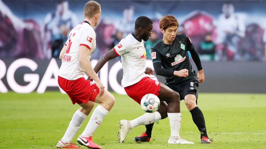 LEIPZIG,GERMANY,15.FEB.20 - SOCCER - 1. DFL, 1. Deutsche Bundesliga, RasenBallsport Leipzig vs SV Werder Bremen. Image shows  Lukas Klostermann (RB Leipzig), Dayot Upamecano (RB Leipzig) and Yuga Osako (Bremen). Photo: GEPA pictures/ Sven Sonntag - ATTENTION - DFL regulations prohibit any use of photographs as image sequences and/or quasi-video - For editorial use only. Image is free of charge