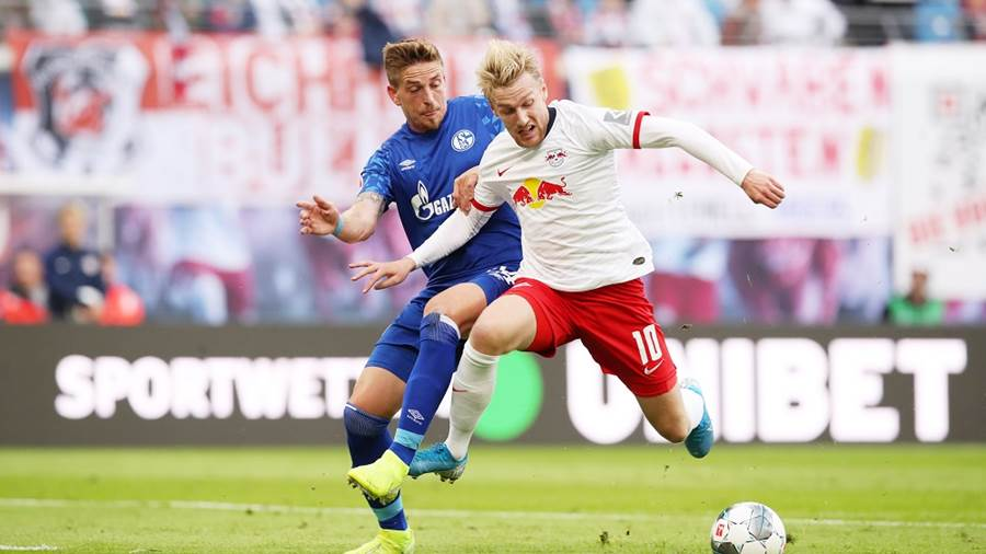 LEIPZIG,GERMANY,28.SEP.19 - SOCCER - 1. DFL, 1. Deutsche Bundesliga, RasenBallsport Leipzig vs FC Schalke 04. Image shows Bastian Oczipka (Schalke) and Emil Forsberg (RB Leipzig). Photo: GEPA pictures/ Sven Sonntag - DFL regulations prohibit any use of photographs as image sequences and/or quasi-video - For editorial use only. Image is free of charge.