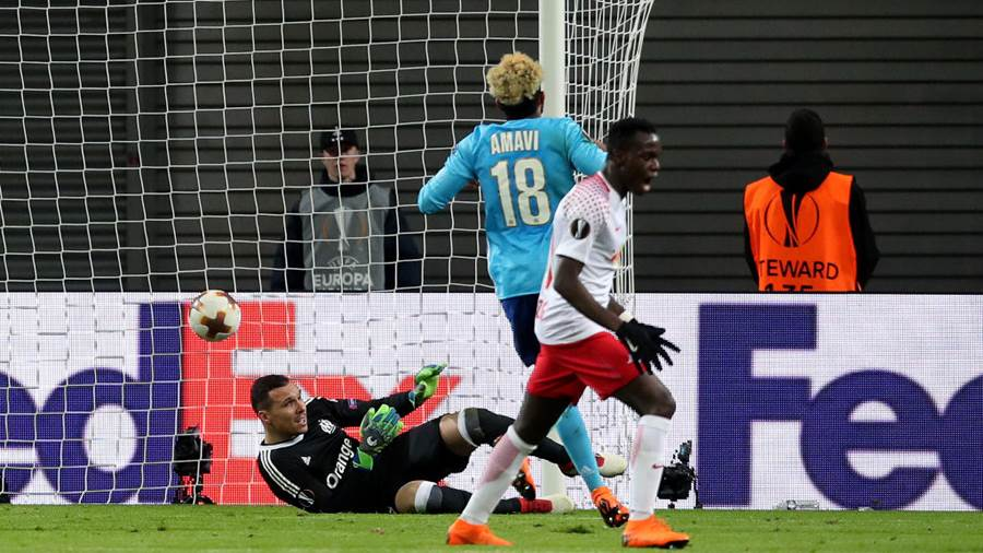 LEIPZIG, GERMANY - APRIL 05: Goalkeeper Yohann Pele (L) of Olympique Marseille fails to save the ball of Timo Werner (not pictured) of RB Leipzig ahead to the 1-0 during the UEFA Europa League quarter final leg one match between RB Leipzig and Olympique Marseille at the Red Bull Arena on April 5, 2018 in Leipzig, Germany. (Photo by Ronny Hartmann/Bongarts/Getty Images)