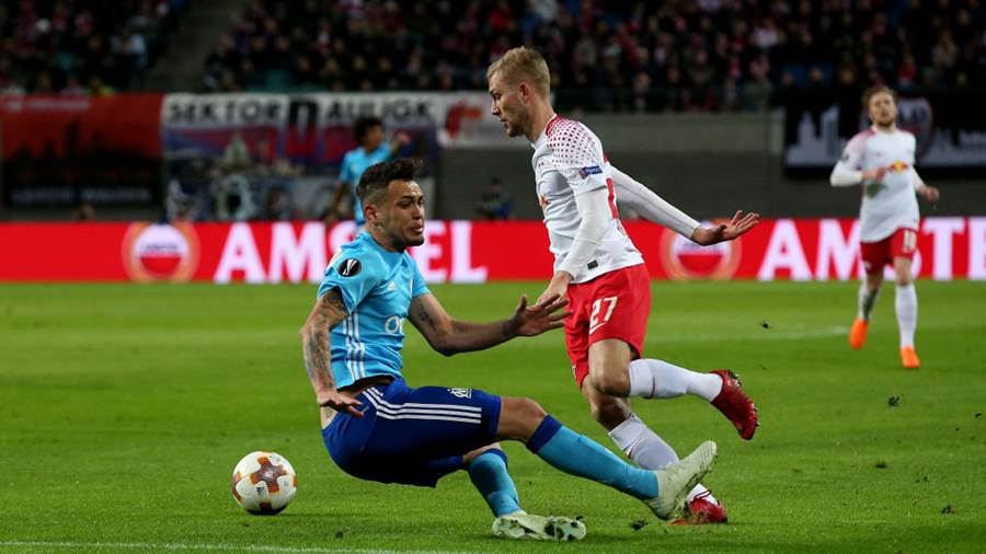LEIPZIG, GERMANY - APRIL 05: Konrad Laimer (R) of RB Leipzig vies with Lucas Ocampos (L) of Olympique Marseille during the UEFA Europa League quarter final leg one match between RB Leipzig and Olympique Marseille at the Red Bull Arena on April 5, 2018 in Leipzig, Germany. (Photo by Ronny Hartmann/Bongarts/Getty Images)