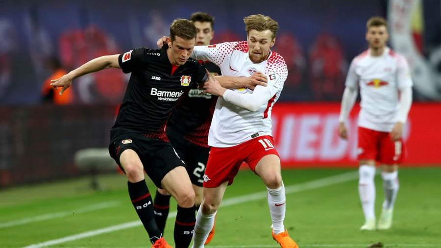 LEIPZIG, GERMANY - APRIL 09: Emil Forsberg (R) of Leipzig and Lars Bender of Leverkusen battle for the ball during the Bundesliga match between RB Leipzig and Bayer 04 Leverkusen at Red Bull Arena on April 9, 2018 in Leipzig, Germany.  (Photo by Martin Rose/Bongarts/Getty Images)