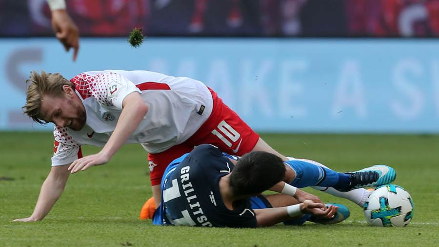 LEIPZIG, GERMANY - APRIL 21:  Emil Forsberg (L) of Leipzig battles for the ball with Florian Grillitsch of Hoffenheim during the Bundesliga match between RB Leipzig and TSG 1899 Hoffenheim at Red Bull Arena on April 21, 2018 in Leipzig, Germany.  (Photo by Matthias Kern/Bongarts/Getty Images)