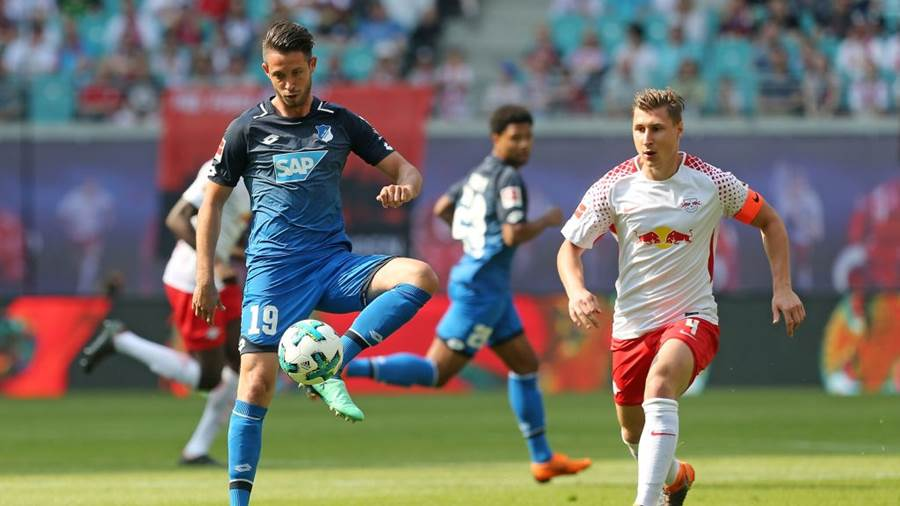LEIPZIG, GERMANY - APRIL 21:  Willi Orban (R) of Leipzig battles for the ball with Mark Alexander Uth of Hoffenheim during the Bundesliga match between RB Leipzig and TSG 1899 Hoffenheim at Red Bull Arena on April 21, 2018 in Leipzig, Germany.  (Photo by Matthias Kern/Bongarts/Getty Images)