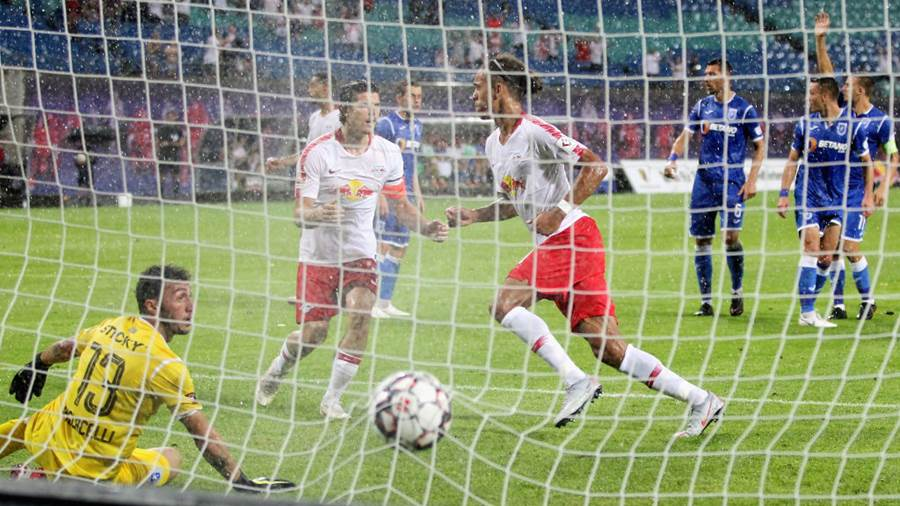 LEIPZIG, GERMANY - AUGUST 09:  Yussuf Poulsen of Leipzig scores the third goal, Goalkeeper Mirko Pigliacelli of Craiova without a chance during the UEFA Europa League Third Qualifying Round: 1st leg between RB Leipzig and Universitatea Craiova at Red Bull Arena on August 09, 2018 in Leipzig, Germany. (Photo by Karina Hessland-Wissel/Bongarts/Getty Images)