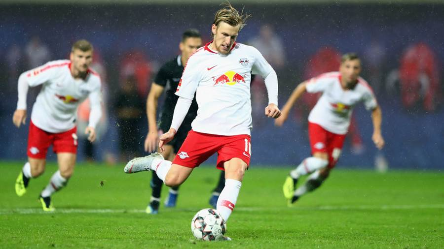LEIPZIG, GERMANY - AUGUST 30: Emil Forsberg of Leipzig scores his team's third goal from the penalty spot during the UEFA Europa League Qualifying Play-Off second leg match between RB Leipzig and Zorya Luhansk at Red Bull Arena on August 30, 2018 in Leipzig, Germany.  (Photo by Martin Rose/Bongarts/Getty Images)