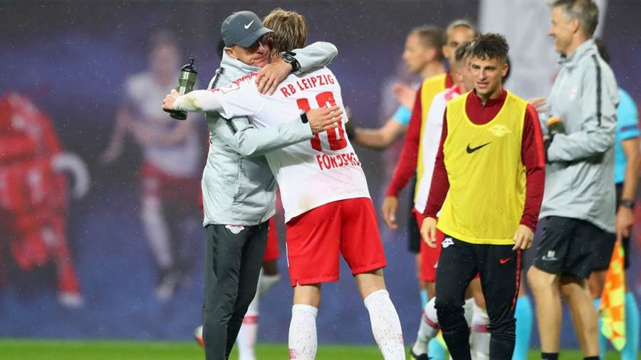 LEIPZIG, GERMANY - AUGUST 30:  Head coach Ralf Rangnick of Leipzig shakes hands with Emil Forsberg after the UEFA Europa League Qualifying Play-Off second leg match between RB Leipzig and Zorya Luhansk at Red Bull Arena on August 30, 2018 in Leipzig, Germany.  (Photo by Martin Rose/Bongarts/Getty Images)