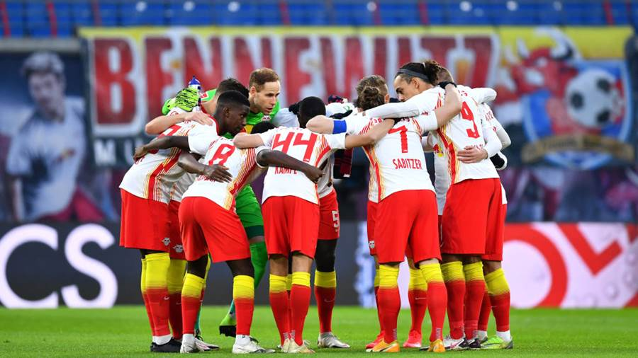 LEIPZIG, GERMANY - DECEMBER 12: Peter Gulacsi of RB Leipzig talks to team mates in a huddle during the Bundesliga match between RB Leipzig and SV Werder Bremen at Red Bull Arena on December 12, 2020 in Leipzig, Germany. Sporting stadiums around Germany remain under strict restrictions due to the Coronavirus Pandemic as Government social distancing laws prohibit fans inside venues resulting in games being played behind closed doors. (Photo by Stuart Franklin/Getty Images)