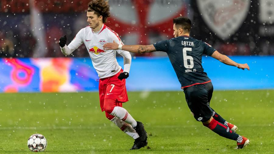 LEIPZIG, GERMANY - DECEMBER 16: Marcel Sabitzer of RB Leipzig is challenged by Danny Latza of Mainz 05 during the Bundesliga match between RB Leipzig and 1. FSV Mainz 05 at Red Bull Arena on December 16, 2018 in Leipzig, Germany. (Photo b Boris Streubel/Bongarts/Getty Images)