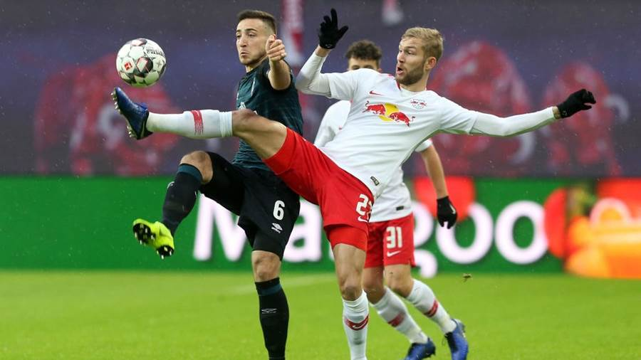 LEIPZIG, GERMANY - DECEMBER 22:  Konrad Laimer (R) of Leipzig challenges for the ball with Kevin Moehwald of Bremen during the Bundesliga match between RB Leipzig and SV Werder Bremen at Red Bull Arena on December 22, 2018 in Leipzig, Germany. (Photo by Matthias Kern/Bongarts/Getty Images)