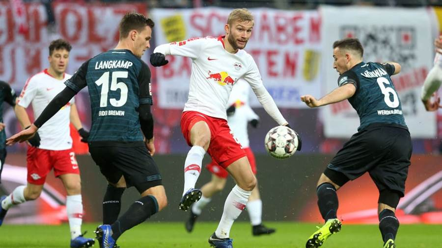 LEIPZIG, GERMANY - DECEMBER 22:  Sebastian Langkamp, Konrad Laimer and Kevin Moehwald (L-R) challenge for the ball during the Bundesliga match between RB Leipzig and SV Werder Bremen at Red Bull Arena on December 22, 2018 in Leipzig, Germany. (Photo by Matthias Kern/Bongarts/Getty Images)