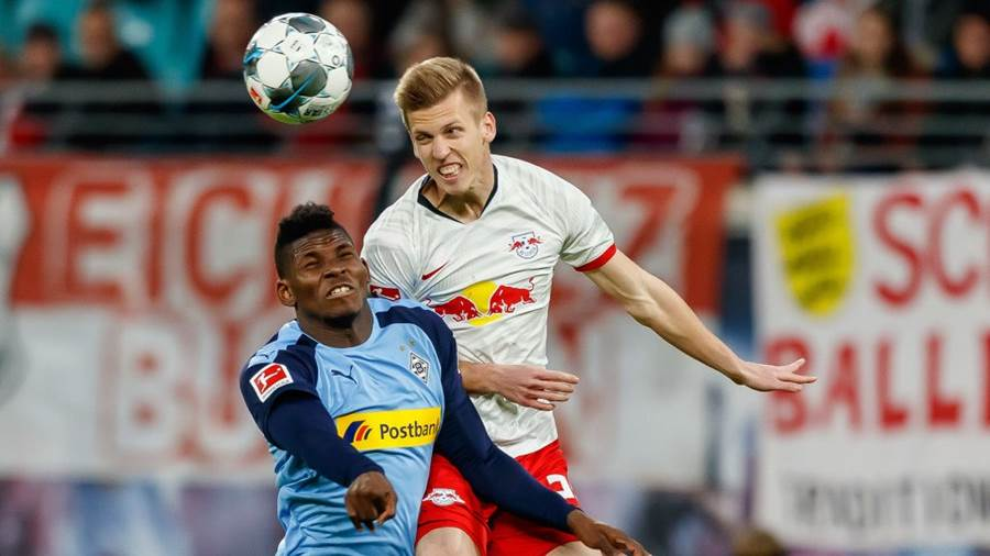 LEIPZIG, GERMANY - FEBRUARY 01: (BILD ZEITUNG OUT) Breel Embolo of Borussia Moenchengladbach and Dani Olmo of RB Leipzig battle for the ball during the Bundesliga match between RB Leipzig and Borussia Moenchengladbach at Red Bull Arena on February 1, 2020 in Leipzig, Germany. (Photo by TF-Images/Getty Images)