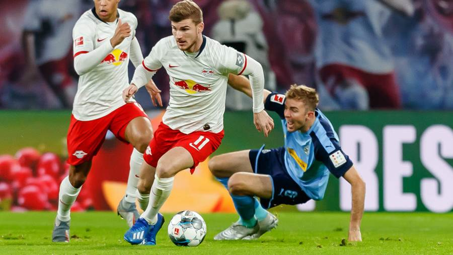 LEIPZIG, GERMANY - FEBRUARY 01: (BILD ZEITUNG OUT) Timo Werner of RB Leipzig and Christoph Kramer of Borussia Moenchengladbach battle for the ball during the Bundesliga match between RB Leipzig and Borussia Moenchengladbach at Red Bull Arena on February 1, 2020 in Leipzig, Germany. (Photo by TF-Images/Getty Images)
