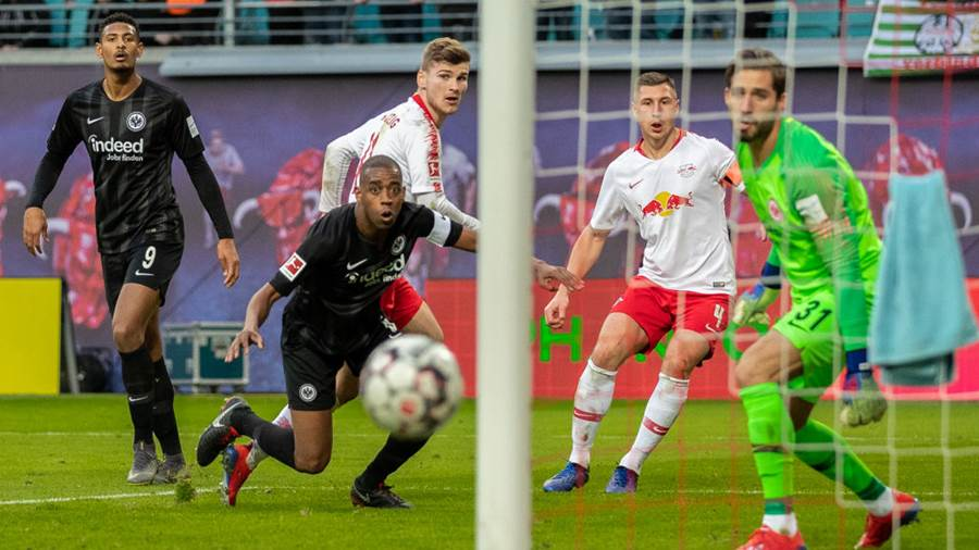 LEIPZIG, GERMANY - FEBRUARY 09:  Timo Werner of RB Leipzig is challenged by Gelson Fernandes of Eintracht Frankfurt and goalkeeper Kevin Trapp of Eintracht Frankfurt during the Bundesliga match between RB Leipzig and Eintracht Frankfurt at Red Bull Arena on February 09, 2019 in Leipzig, Germany (Photo by Boris Streubel/Bongarts/Getty Images)