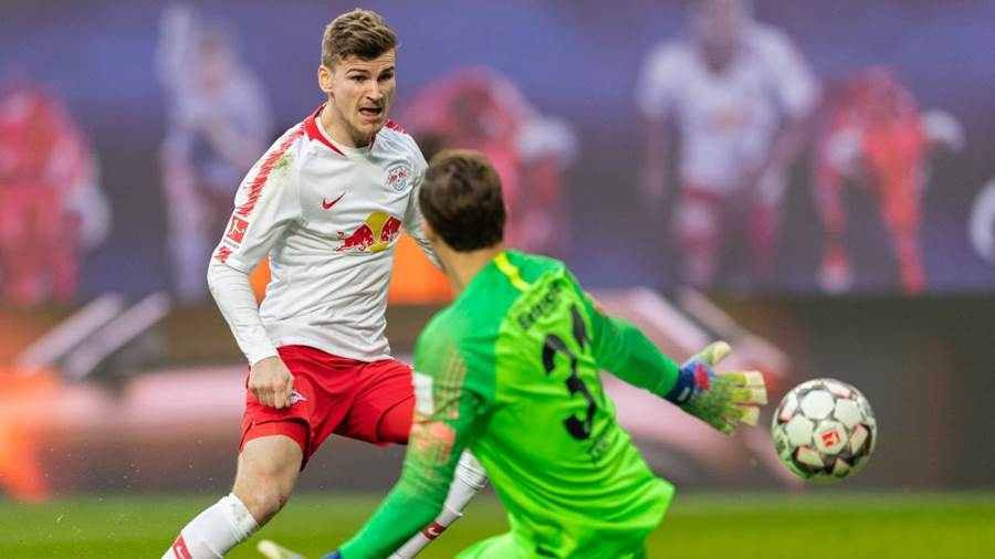LEIPZIG, GERMANY - FEBRUARY 09: Timo Werner of RB Leipzig tries to score against goalkeeper Kevin Trapp of Eintracht Frankfurt during the Bundesliga match between RB Leipzig and Eintracht Frankfurt at Red Bull Arena on February 09, 2019 in Leipzig, Germany. (Photo by Boris Streubel/Bongarts/Getty Images