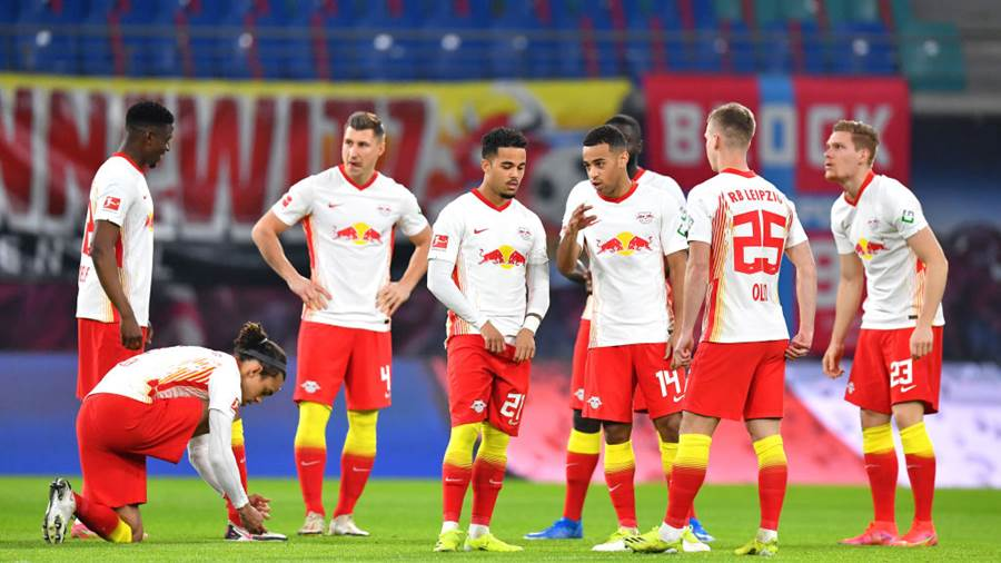 LEIPZIG, GERMANY - FEBRUARY 27: The RB Leipzig players line up prior to during the Bundesliga match between RB Leipzig and Borussia Moenchengladbach at Red Bull Arena on February 27, 2021 in Leipzig, Germany. Sporting stadiums around Germany remain under strict restrictions due to the Coronavirus Pandemic as Government social distancing laws prohibit fans inside venues resulting in games being played behind closed doors. (Photo by Stuart Franklin/Getty Images)