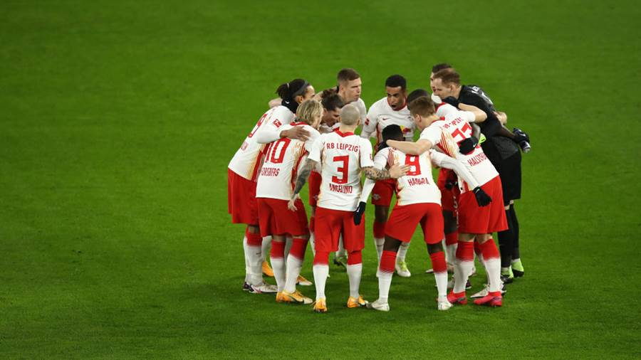 LEIPZIG, GERMANY - JANUARY 09: RB Leipzig players form a huddle prior to the Bundesliga match between RB Leipzig and Borussia Dortmund at Red Bull Arena on January 09, 2021 in Leipzig, Germany. Sporting stadiums around Germany remain under strict restrictions due to the Coronavirus Pandemic as Government social distancing laws prohibit fans inside venues resulting in games being played behind closed doors. (Photo by Maja Hitij/Getty Images)