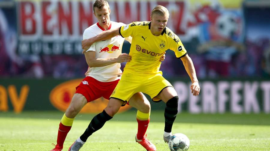 LEIPZIG, GERMANY - JUNE 20: Erling Haaland of Borussia Dortmund is challenged by Lukas Klostermann of RB Leipzig during the Bundesliga match between RB Leipzig and Borussia Dortmund at Red Bull Arena on June 20, 2020 in Leipzig, Germany. (Photo by Maja Hitij/Getty Images)