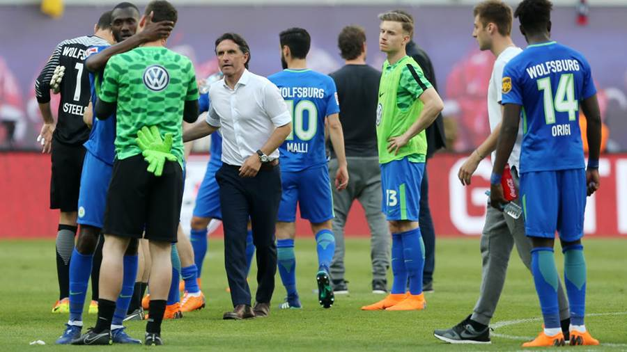 LEIPZIG, GERMANY - MAY 05:  Head coach Bruno Labbadia (C) of Wolfsburg and his players show their frustration after loosing the Bundesliga match between RB Leipzig and VfL Wolfsburg at Red Bull Arena on May 5, 2018 in Leipzig, Germany.  (Photo by Matthias Kern/Bongarts/Getty Images)