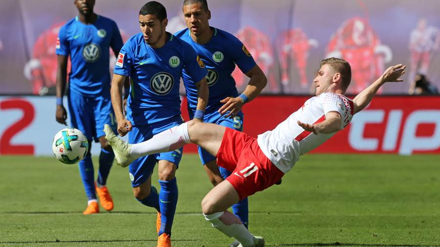 LEIPZIG, GERMANY - MAY 05:  Timo Werner (R) of Leipzig battles for the ball with William of Wolfsburg during the Bundesliga match between RB Leipzig and VfL Wolfsburg at Red Bull Arena on May 5, 2018 in Leipzig, Germany. (Photo by Matthias Kern/Bongarts/Getty Images)