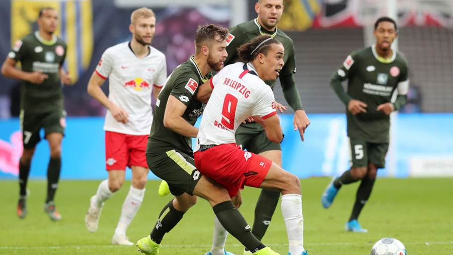 LEIPZIG, GERMANY - NOVEMBER 02: Yussuf Poulsen of RB Leipzig is challenged by Alexander Hack of 1. FSV Mainz 05  during the Bundesliga match between RB Leipzig and 1. FSV Mainz 05 at Red Bull Arena on November 02, 2019 in Leipzig, Germany. (Photo by Boris Streubel/Bongarts/Getty Images)