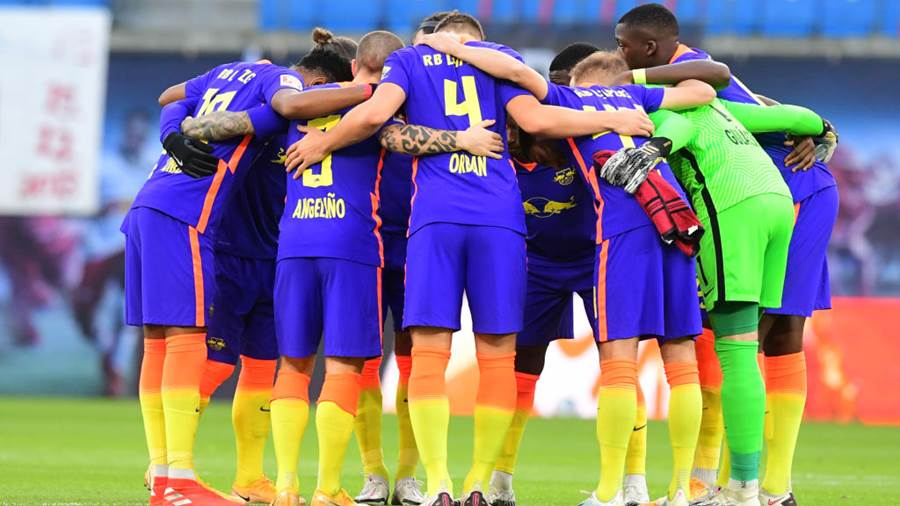 LEIPZIG, GERMANY - NOVEMBER 07: Players of Leipzig huddle prior to the Bundesliga match between RB Leipzig and Sport-Club Freiburg at Red Bull Arena on November 07, 2020 in Leipzig, Germany. Sporting stadiums around Germany remain under strict restrictions due to the Coronavirus Pandemic as Government social distancing laws prohibit fans inside venues resulting in games being played behind closed doors. (Photo by Pool/Clemens Bilan - Pool/Getty Images )