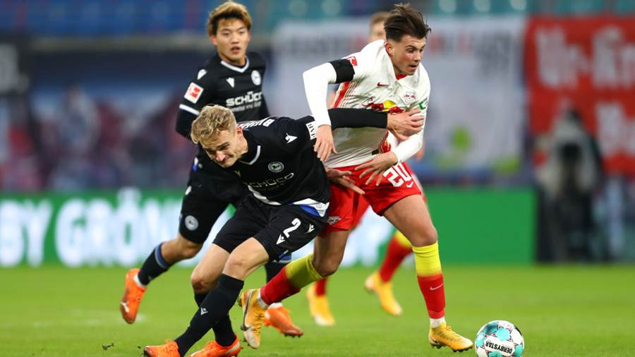 LEIPZIG, GERMANY - NOVEMBER 28: Amos Pieper of DSC Arminia Bielefeld battles for possession with Lazar Samardzic of RB Leipzig during the Bundesliga match between RB Leipzig and DSC Arminia Bielefeld at Red Bull Arena on November 28, 2020 in Leipzig, Germany. Football Stadiums around Europe remain empty due to the Coronavirus Pandemic as Government social distancing laws prohibit fans inside venues resulting in fixtures being played behind closed doors. (Photo by Martin Rose/Getty Images)