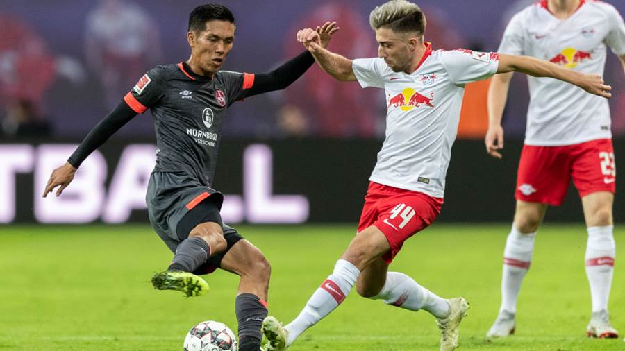 LEIPZIG, GERMANY - OCTOBER 07: Yuya Kubo of 1. FC Nuernberg is challenged by Kevin Kampl of RB Leipzig during the Bundesliga match between RB Leipzig and 1. FC Nuernberg at Red Bull Arena on October 7, 2018 in Leipzig, Germany.  (Photo by Boris Streubel/Bongarts/Getty Images)