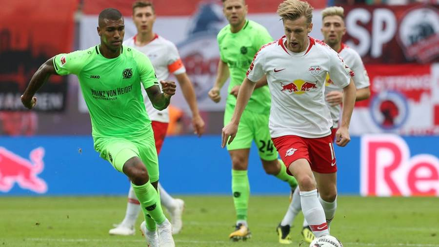 Emil Forsberg im Duell mit Hannovers Walace.