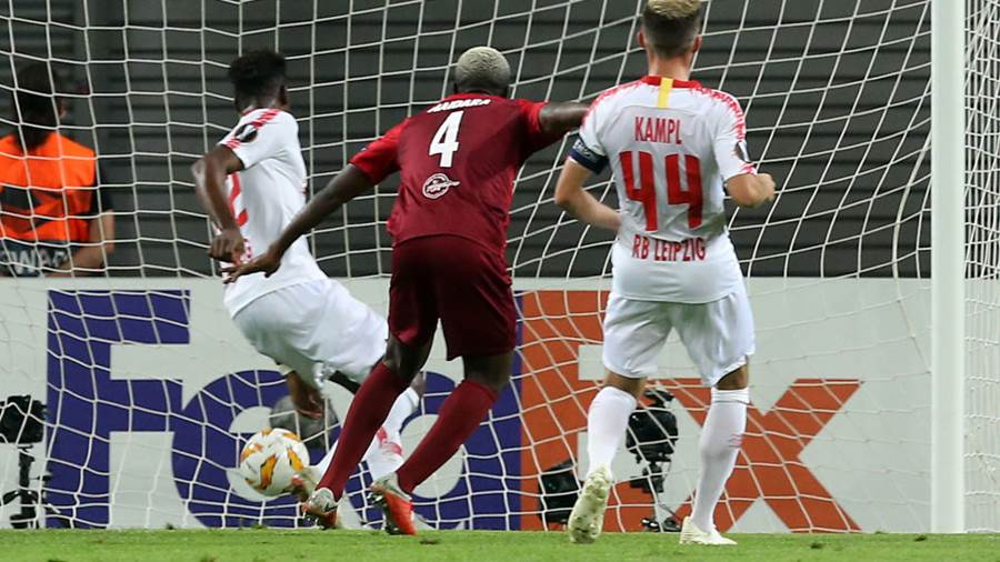 LEIPZIG, GERMANY - SEPTEMBER 20:  Amadou Haidara (C) of Salzburg scores the second goal during the UEFA Europa League Group B match between RB Leipzig and FC Salzburg at Red Bull Arena on September 20, 2018 in Leipzig, Germany.  (Photo by Matthias Kern/Bongarts/Getty Images)