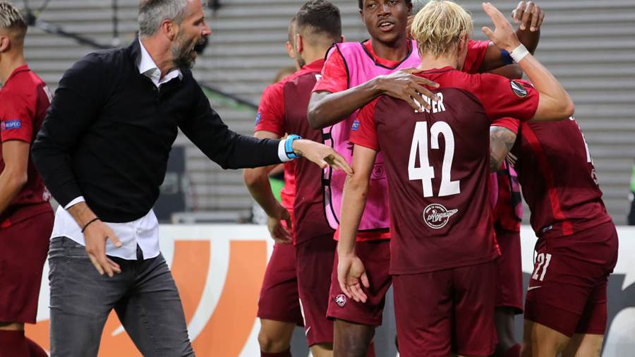 LEIPZIG, GERMANY - SEPTEMBER 20:  Fredrik  Gulbrandsen (R) of Salzburg jubilates with team mates and head coach Marco Rose (L) after scoring the fived goal during the UEFA Europa League Group B match between RB Leipzig and FC Salzburg at Red Bull Arena on September 20, 2018 in Leipzig, Germany. (Photo by Matthias Kern/Bongarts/Getty Images)