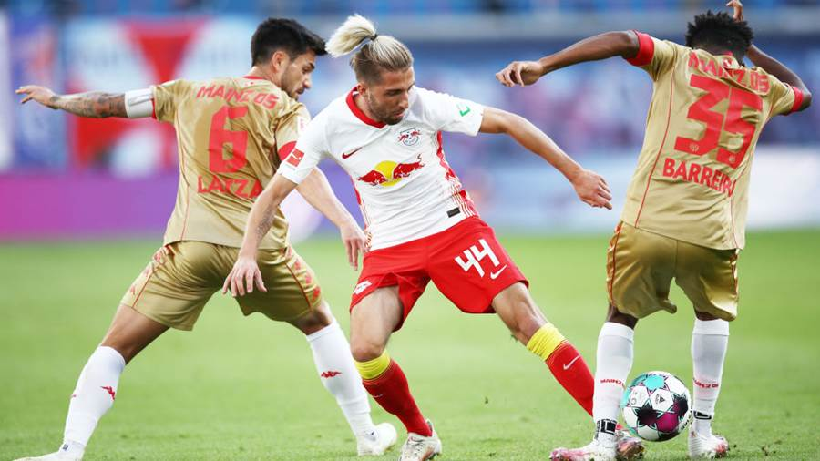 LEIPZIG, GERMANY - SEPTEMBER 20: Kevin Kampl (C) of Leipzig is challenged by Danny Latza (L) and Leandro Barreiro of Mainz during the Bundesliga match between RB Leipzig and 1. FSV Mainz 05 at Red Bull Arena on September 20, 2020 in Leipzig, Germany. Fans are set to return to Bundesliga stadiums in Germany despite to the ongoing Coronavirus Pandemic. Up to 20% of stadium's capacity are allowed to be filled. Final decisions are left to local health authorities and are subject to club's hygiene concepts and the infection numbers in the corresponding region. (Photo by Maja Hitij/Getty Images)