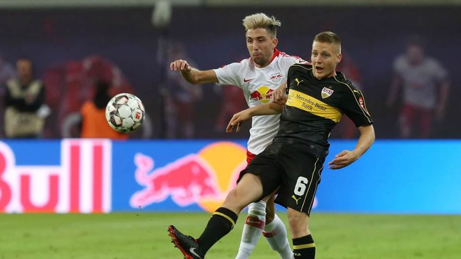 LEIPZIG, GERMANY - SEPTEMBER 26:  Kevin Kampl (L) of Leipzig battles for the ball with Santiago Ascacibar of Stuttgart  during the Bundesliga match between RB Leipzig and VfB Stuttgart at Red Bull Arena on September 26, 2018 in Leipzig, Germany. (Photo by Matthias Kern/Bongarts/Getty Images)