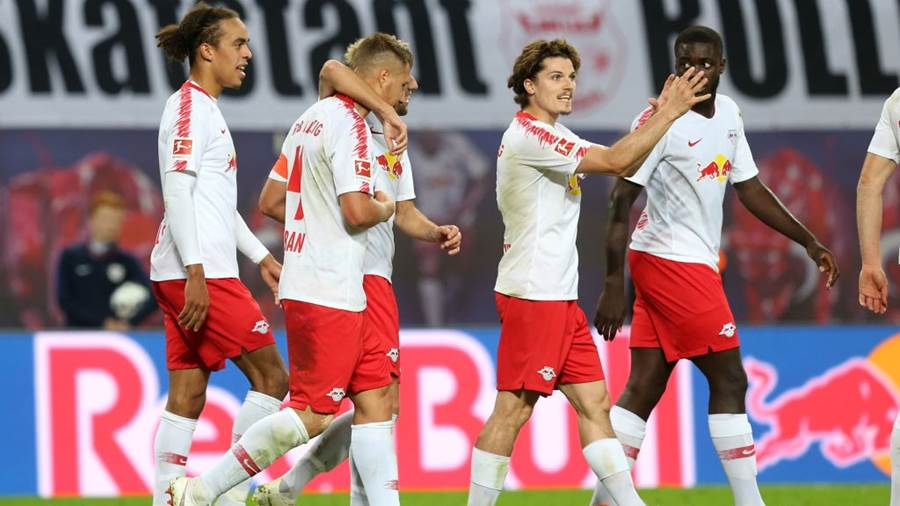 LEIPZIG, GERMANY - SEPTEMBER 26:  Willi Orban (L) of Leipzig jubilates with team ates after scoring the first goal during the Bundesliga match between RB Leipzig and VfB Stuttgart at Red Bull Arena on September 26, 2018 in Leipzig, Germany.  (Photo by Matthias Kern/Bongarts/Getty Images)
