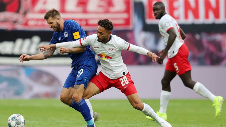 LEIPZIG, GERMANY - SEPTEMBER 28: Guido Burgstaller of FC Schalke 04 battles for possession with Matheus Cunha of RB Leipzig  during the Bundesliga match between RB Leipzig and FC Schalke 04 at Red Bull Arena on September 28, 2019 in Leipzig, Germany. (Photo by Boris Streubel/Bongarts/Getty Images)