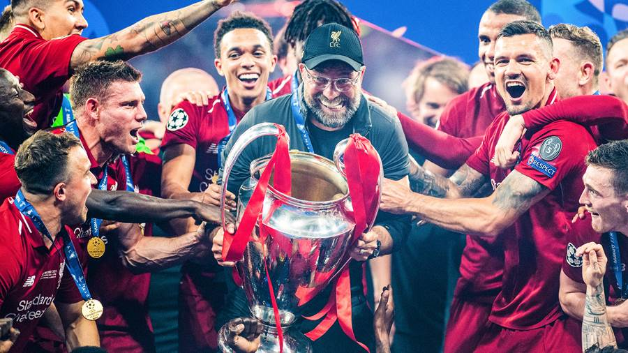 MADRID, SPAIN - JUNE 01: Jurgen Klopp, Manager of Liverpool celebrates with the Champions League Trophy after winning the UEFA Champions League Final between Tottenham Hotspur and Liverpool at Estadio Wanda Metropolitano on June 01, 2019 in Madrid, Spain. (Photo by Matthias Hangst/Getty Images)
