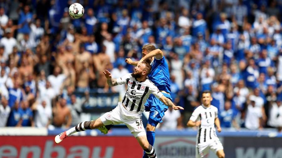 MAGDEBURG, GERMANY - AUGUST 05: Rico Preissinger #21 of Magdeburg and Marvin Knoll of St. Pauli battle for the ball during the Second Bundesliga match between 1. FC Magdeburg and FC St. Pauli at MDCC Arena on August 5, 2018 in Magdeburg, Germany.  (Photo by Martin Rose/Bongarts/Getty Images)